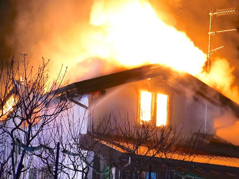 Villa devastata dalle fiamme a Mornago - causa surriscaldamento della canna fumaria